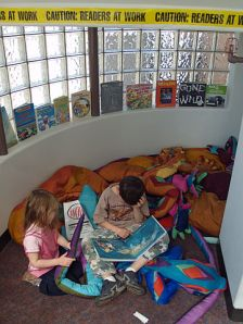 Children_reading_by_David_Shankbone_Wikimedia Commons