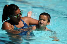 Swim_lessons_by Fae wikimedia commons